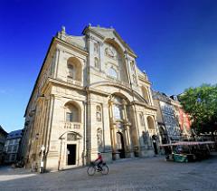 Fassade Martinskirche am Grünen Markt in Bamberg - Marktstände.