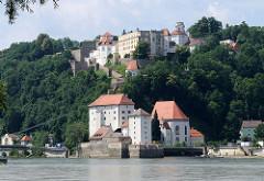 Mündung der Ilz in die Donau - untere Veste und die Nebenkirche St. Salvator - auf dem St. Georgsberg die Veste Oberhaus, gegründet 1219, Burg und Residenz des fürstlichen Bischofs vom Hochstift Passau.