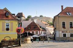 Historische Altstadt von Eger - im Hintergrund die Burgmauer.