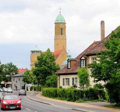 St. Ottokirche in Bamberg - erbaut 1912-14 - Architekt Otho Orlando Kurz; Wohnhäuser - Strassenverkehr.
