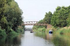 Eisenbrücke über den Eldekanal - Kanu und Sportboot auf dem Wasserweg.