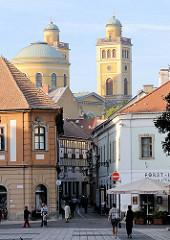 Häuser in der Altstadt Eger - Kuppel und Türme des Doms von Eger.