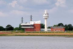 Radaranlage und Betriebsgebäude an der Einfahrt der Schleuse zum Nord Ostsee Kanal - Blick von der Elbe.