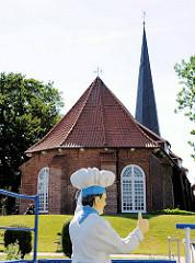 Blick auf die St. Georgskirche hinter dem Ostedeich in Oberndorf.
