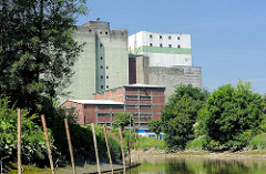 Industriegebäude / Silo - Ufer der Pinnau in Uetersen.