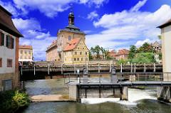 Wehr an der Regnitz, Fussgängerbrücke - dahinter das Alte Rathaus Bambergs.
