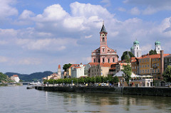 Uferpromenade der Donau in Passau blick auf die Altstadt - in der Bildmitte die Stadtpfarrkirche St. Paul, jetziger Bau von 1678 - re. die Türme vom Passauer Dom St. Stephan und hinten lks. die Veste Niederhaus.