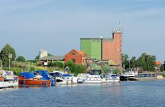 Hafen von Bleckede - Sportboote und Binnenschiff, Silogebäude.