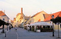 Einkaufsstrasse in Mosonmagyaróvár - Restaurant und Strassencafé im Freien unter Sonnenschirmen.