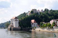 Blick auf die Donau und Mündung der Ilz in Passau - lks. die Veste Niederhaus auf der Landzunge Zusammenfluss von Donau und Ilz.