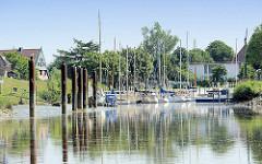 Sportschiffhafen an der Pinnau - Segelboote am Steg.