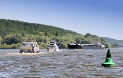 Sportboote - Motorboote auf der Elbe; ein Binnenschiff kommt ihnen entgegen. Rechts eine grüne Fahrwassertonne.