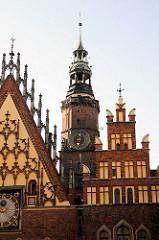 Rathausturm und Ausschnitt vom Ostgiebel vom historischen Rathaus in Wroclaw, Polen - Bilder der Sehenswürdigkeiten der Altstadt.