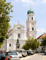 Westfassade Dom St. Stephan - barocke Bischofskirche.