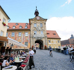 Obere Brücke in Bamberg - Restaurant im Freien, Kopfstenpflaster - Durchgang durch das Alte Rathaus.