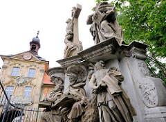 Kreuzigungsgruppe bei der Oberen Brücke - im Hintergrund ein Ausschnitt vom Alten Rathaus Bambergs.
