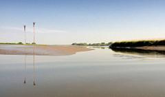 Niedrigwasser in der Haseldorfer Binnenelbe - Pricken / Priggen markieren die Fahrrinne, die bei Niedrigwasser ncht passierbar ist.