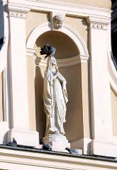 Madonna - Marienskulptur auf der Wawel; Burg - Residenzschloss und Türme der Kathedrale in Krakau / Kraków.
