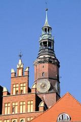 Rathausturm und Ausschnitt vom Ostgiebel vom historischen Rathaus in Wroclaw, Polen - Fotos der Sehenswürdigkeiten der Altstadt.