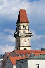 Rathausturm des Alten Rathauses über den Dächern von Passau.