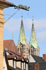 Regenrinne mit Drachen eines Hauses am Regnitzufer zu Bamberg - zwei Türme des Kaiserdoms Bamberg - Dom St. Peter und St. Georg.