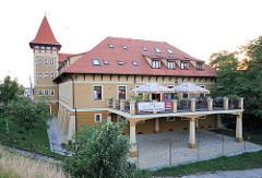 Hotelgebäude am Ufer der Donau im ungarischen Komárom.