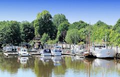 Sportboothafen Bremervörde - Motorboote und Segelboote liegen an den Stegen oder der Kaimauer.