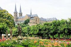 Bamberger Rosengarten hinter der neuen Residenz - im Hintergrund die St. Michaelkirche auf dem Michaelberg.