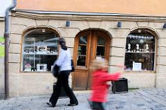 Historisches Gebäude bei der Oberen Brücke Bambergs - das Fundament ist abgesackt, Türen und Fenster sind schief.