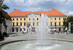 Springbrunnen - Stadttheater am Bismarckplatz - errichtet 1852, Architekt Emanuel Herigoyen.