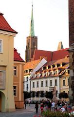 Historische Häuser auf der Dominsel in der Oder von Wroclaw, Breslau - Kirchturm der Hallenkirche Heiligkreuz.