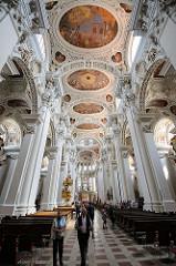 Stuckdekor und Fresken an der Decke des Mittelschiffs im Passauer Dom St. Stephan.