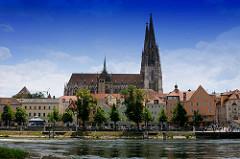 Dom St. Peter in Regensburg an der Donau - der Regensburger Dom ist ein Hauptwerk der gotischen Architektur in Süddeutschland - Bauzeit von 1273 - 1872.