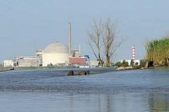 Einfahrt von der Elbe in die Haseldorfer Binnenelbe bei Niedrigwasser - auf der gegenüber liegenden Elbseite das stillgelegte Atomkraftwerk Stade.