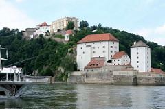 Blick über die Donau zur unteren Veste uf dem St. Georgsberg die Veste Oberhaus, gegründet 1219, Burg und Residenz des fürstlichen Bischofs vom Hochstift Passau.