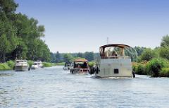 Schiffsverkehr auf dem Eldekanal - Elde Müritz Wasserweg - mehrer Motorboote begegnen sich auf dem Wasser.
