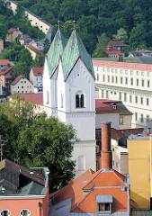 Blick vom St. Georgsberg auf die Altstadt von Passau - Kirchtürme der Klosterkirche des Kloster Niedernburg. Die Klosterkirche Zum Heiligen Kreuz ist eine romanische Pfeilerbasilika aus dem 12. Jahrhundert.