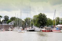 Neuer Sportboothafen an der Schleuse Brunsbüttel am Nord-Ostsee-Kanal. Ein ankommendes Segelboot unter Motor sucht einen Liegeplatz.