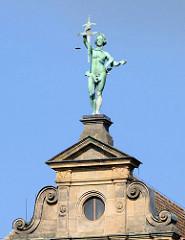 Justitia - Skulptur mit Schwert und Waage, ohne Binde vor den Augen - Gerichtsgebäude Bamberg.
