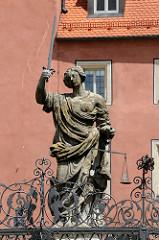 Justitiabrunnen am Haidplatz - barocker Brunnen, Bildhauer Leoprand Hilmer, 1656; Bierflasche und leeres Glas in der Waagschale.