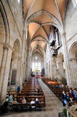 Innenansicht Bamberger Dom St. Peter und St. Georg, Kaiserdom. Kirchenbänke im Mittelschiff, romanische Architektur.