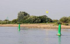 Fahrwasserkennzeichnung Elbe - Schifffahrtszeichen; gelbes Kreuz, Übergangsbake linkes Ufer - grüne Doppeltonnen kennzeichnen den Seitenwechsel des Fahrwasserbereichs. Im Hintergrund die grüne Lagebake.