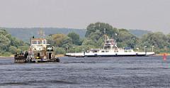Binnenschiff in Fahrt auf der Elbe - Autofähre, Personenfähre über die Elbe bei Neu Darchau.