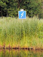 Hinweisschild auf den Wasserweg Elde Müritz überquerende Hochspannungsleitung.