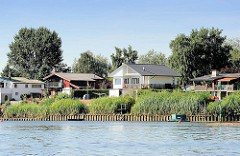 Häuser am Elbufer - Wohnhäuser, Wochenendhäuser im Grünen an der Elbe.