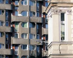 Alt + Neu - historischer Erker und Fassade eines der Hochhäuser der Siedlung Grunwaldplatz / plac Grunwaldzi; erbaut von 1967 - 1975.