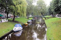 Gracht mit geankerten Sportboote - Brücke über den Kanal; Bilder aus Friedrichstadt an der Eider / Treene.