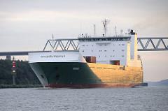 Das finnische Frachtschiff MISIDA hat die Brunsbüttler Hochbrücke der Bundestrasse 5 unterfahren - die Brückenkonstruktion hat eine lichte Höhe von 42,00m - der Frachter wird von der Morgensonne angestrahlt.