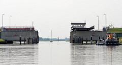 Durchfahrt Sperrwerk Krückau - die Brücke ist geöffnet, eins Segelschiff hat das Sperrwerk passiert.
