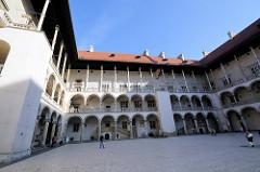 Arkadenhof im Resdenzschloss der Wawel in Krakau / Kraków - der dreigeschössige Hof hat eine Fläche von 2800 m².